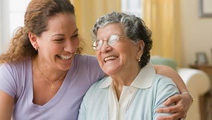 Madre e hija abrazándose, incentivos fiscales disponibles para los cuidadores de personas mayores