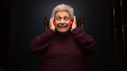 Josephine Gruder cuida a su marido Herman, quien sufre de Alzheimer, ambos, pertenecen a un grupo de terapia musical llamado Los Unforgettables - El poder de la música- sonidos que curan