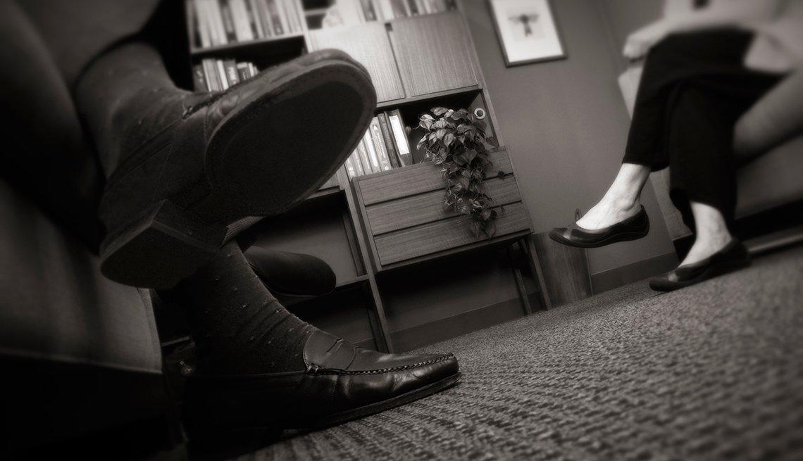 Un paciente conversa con su doctor en su oficina