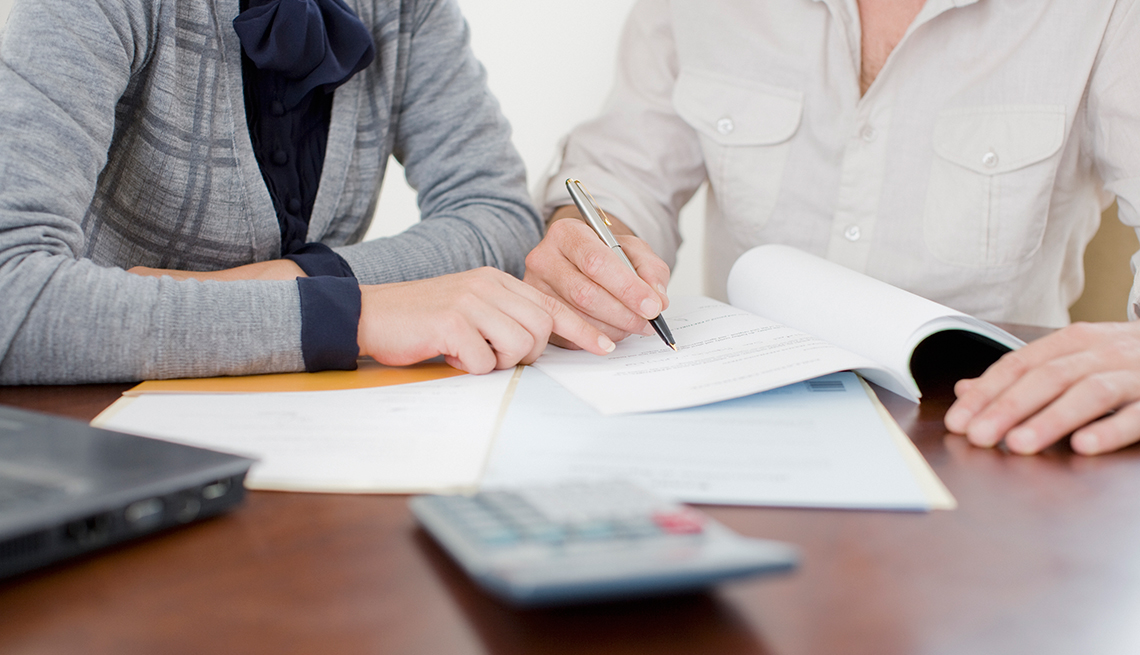 Personas firmando unos documentos
