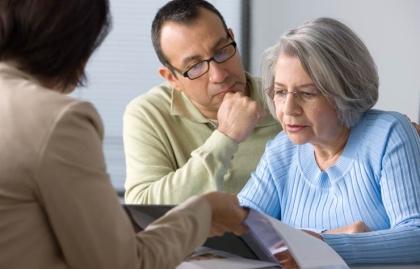 Hombre hispano ayudando madre leyendo un contrato, Cuidado de Personas Mayores del Centro de Recursos Puerto Rico