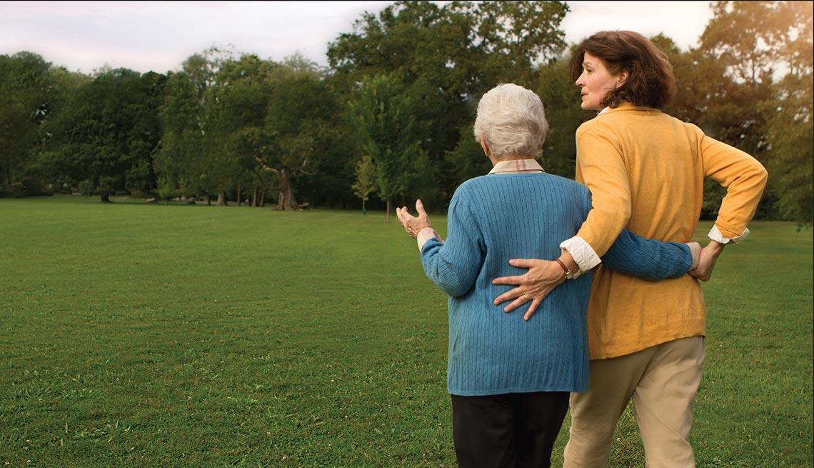 Dos mujeres caminan por un campo