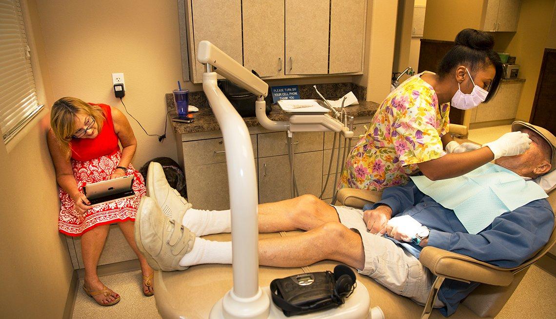 Amy Goyer y su padre Robert Goyer en la oficina del dentista, Cómo balancear el trabajo y el cuidado de un ser querido