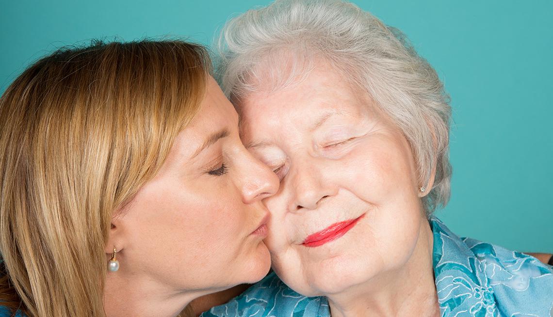Amy Goyer besando a su madre, Cómo balancear el trabajo y el cuidado de un ser querido