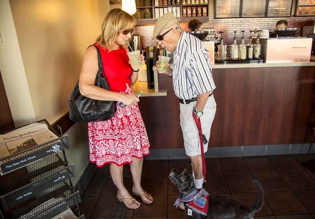 Amy Goyer con su padre en Starbucks, Cómo balancear el trabajo y el cuidado de un ser querido
