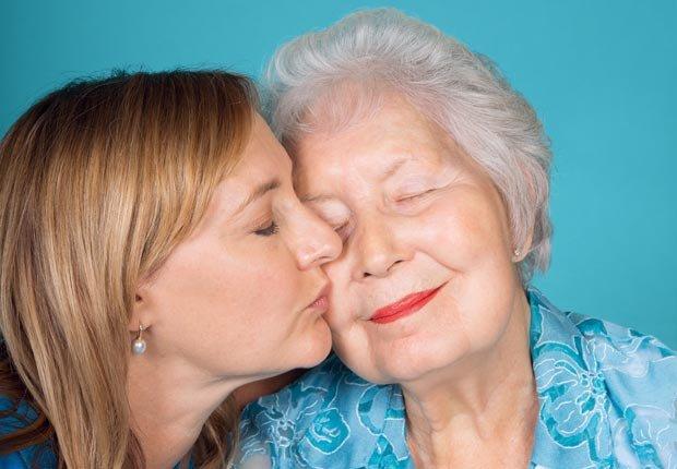 Amy Goyer besa a su madre Patricia Goyer, Cómo balancear el trabajo y el cuidado de un ser querido