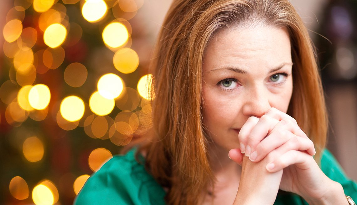 Mujer en actitud pensativa - consejos para los cuidadores durante estas vacaciones