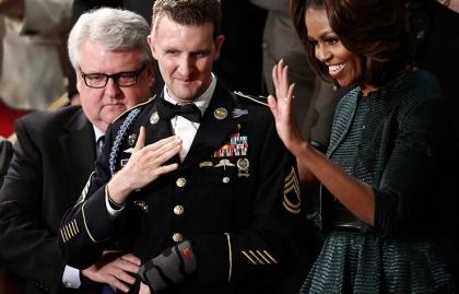 Craig Remsburg, izquierda, con su hijo, el sargento del ejército  de primera clase Cory Remsburg y la primera dama Michelle Obama en el discurso del Estado de la Unión del Presidente Barack Obama en Washington, DC
