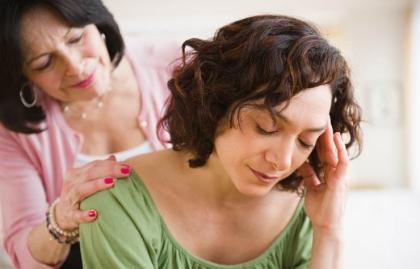 Madre hija en actitud de preocupación - Efectos fisiológicos de cuidar en el cuidador