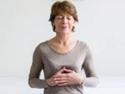 Mujer mayor practicando ejercicios respiratorios - Técnicas de respiración