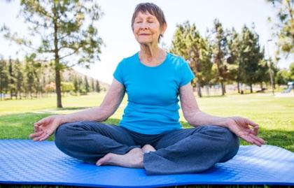 Mujer mayor practicando yoga para mantener su mente y cuerpo sano.