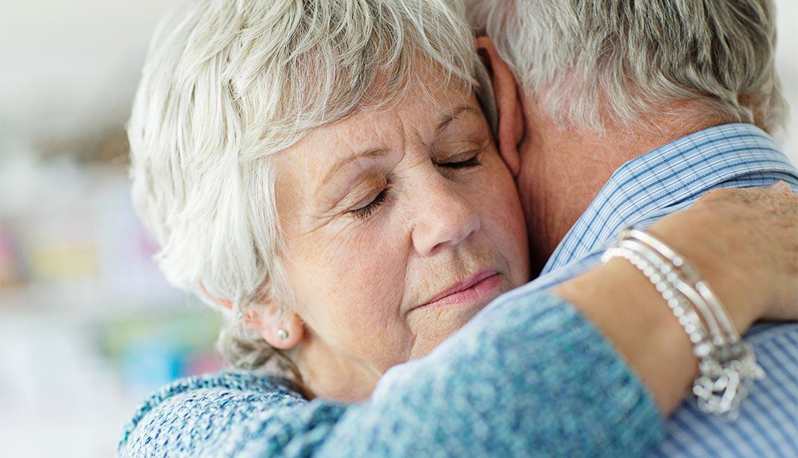 Pareja abrazandose - Cómo hacerle frente paso a paso a una gran pérdida