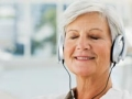 Mujer escuchando música con unos audífonos, el uso de la música para Controlar el Estrés