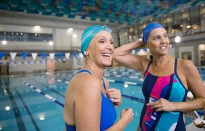 Mujeres haciendo ejercicio en la piscina