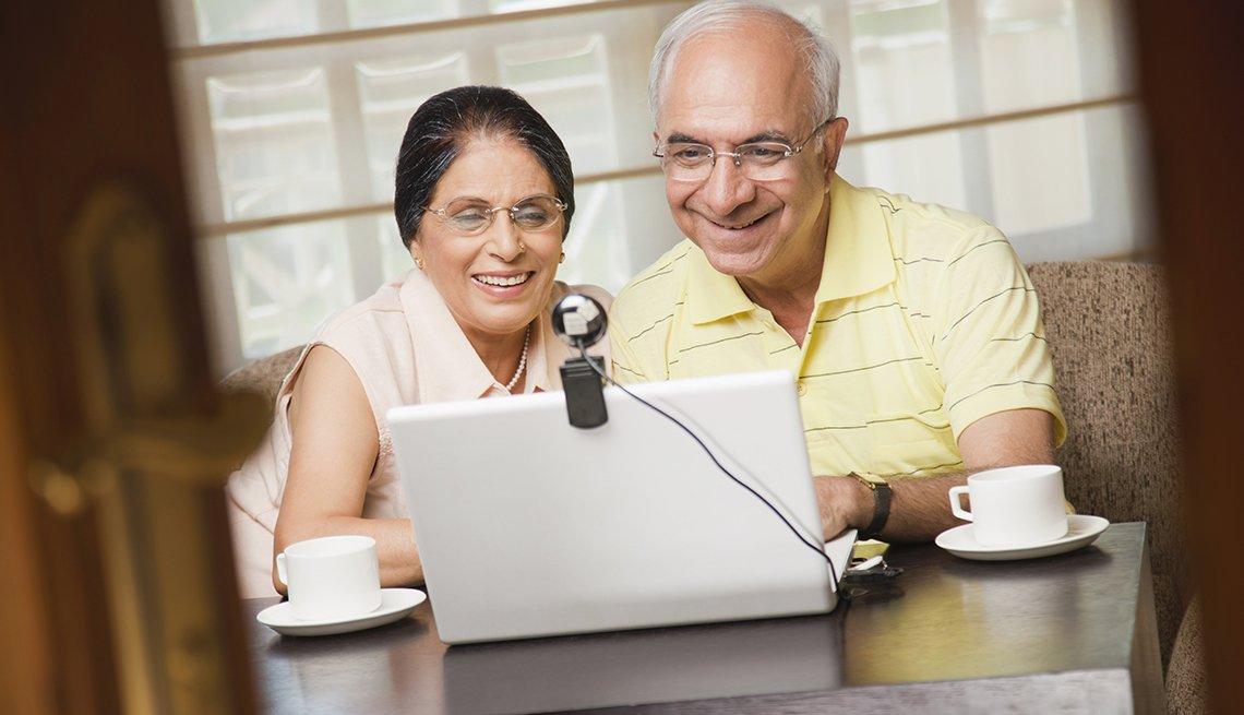 Abuelos hablando con su familia por medio del computador - Consejos para prestar cuidado a larga distancia