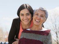 Una joven con su abuela - Centro de recursos