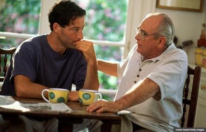 Padre hablando con su hijo - Pasos para verificar si tienes en orden los asuntos legales