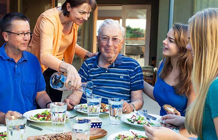 Paula Scott y sus suegro cenando con la familia - Las alegrías inesperadas del cuidado de otros