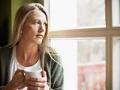 Mujer viendo por la ventana - Por qué sentirse aliviado o culpable cuando ya no hay nadie a quien cuidar