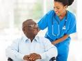 Organizaciones y agencias que deben conocer todos los que cuidan - Enfermera cuida de un paciente mayor