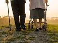 Caminadores o bastones, ¿cuál te conviene? - Pareja de ancianos camina con ayuda de un bastón y un caminador