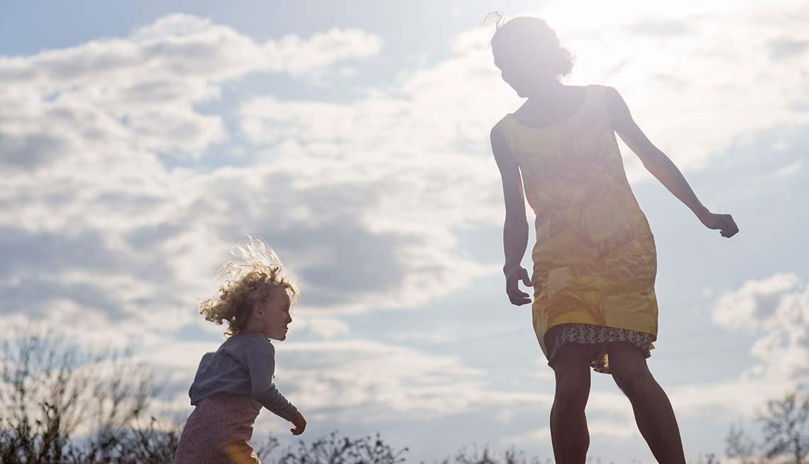 Madre saltando en un trampolín con su hija