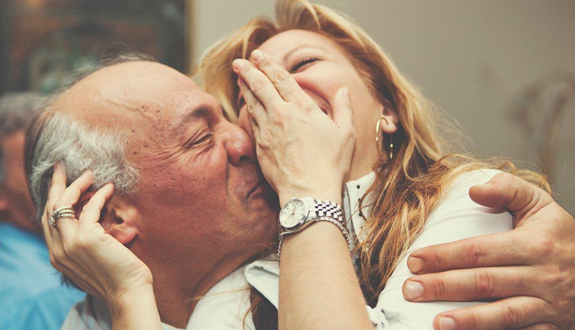 Cómo conservar la intimidad cuando te conviertes en cuidador de tu pareja - Pareja soriendo