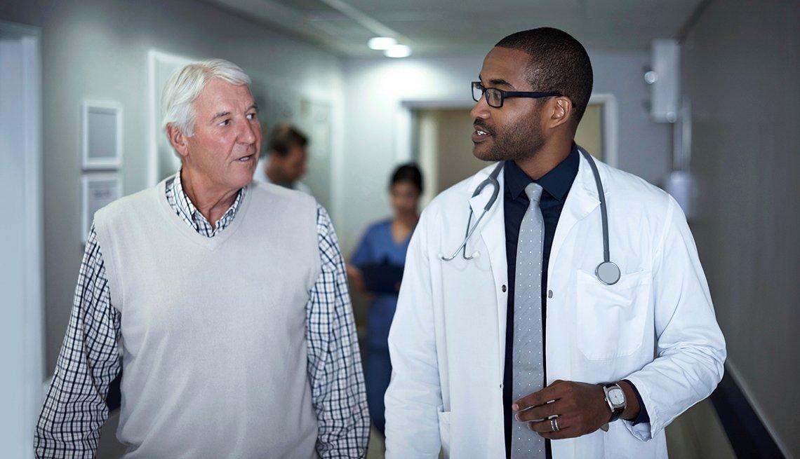 Hombre mayor hablando con su médico - Medicare: preguntas y respuestas
