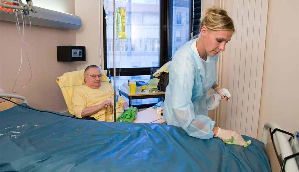 Claves para la prevención de heridas - Enfermera atiende a un hombre en el hospital