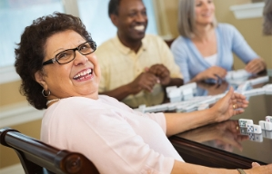 Beneficios de pertenecer a un centro comunitario - Mujer adulta sonriendo