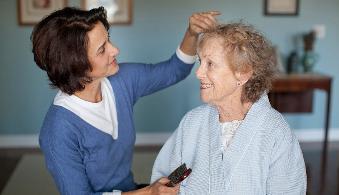 Hija peina a su mamá mayor de edad