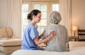 Qué deberías saber del cuidado al final de la vida - Enfermera examina a mujer mayor