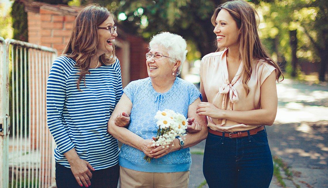 Dos mujeres rien con una señora mayor