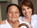 Estás preparado para enfrentar el futuro - Mujer mayor y su doctora sonríen