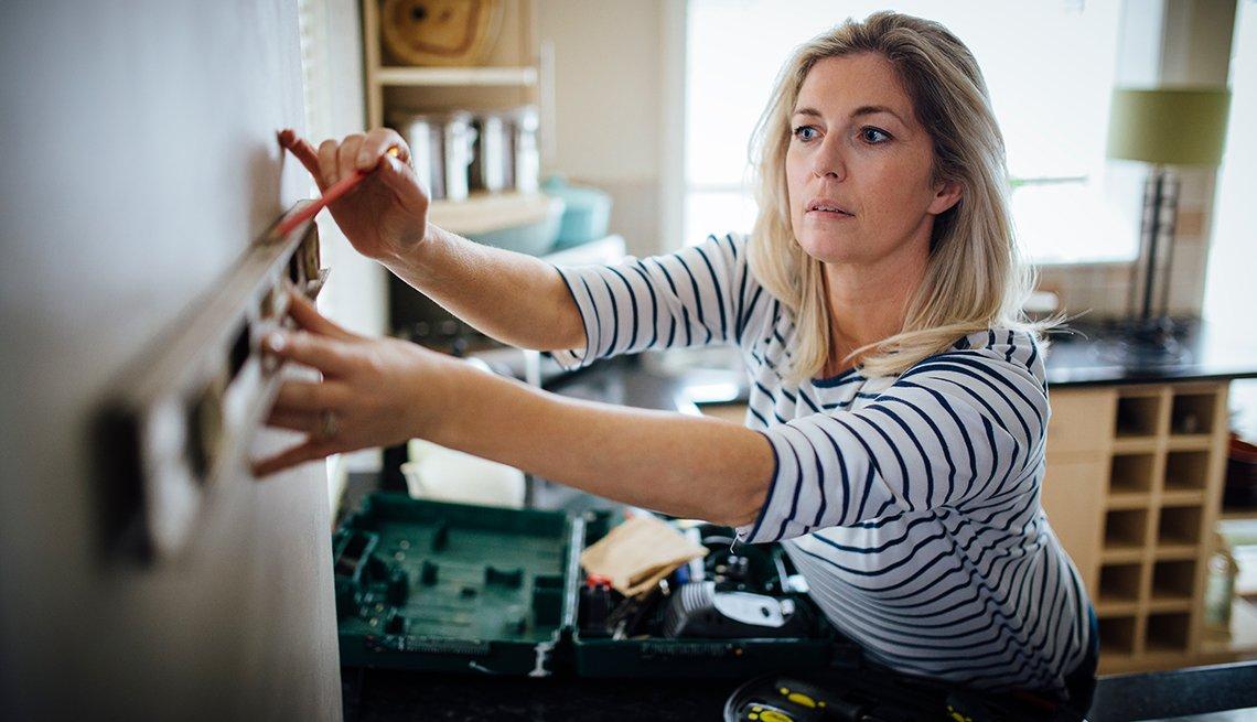 Un hogar seguro para personas con demencia - Mujer madura hace trabajos manuales en casa