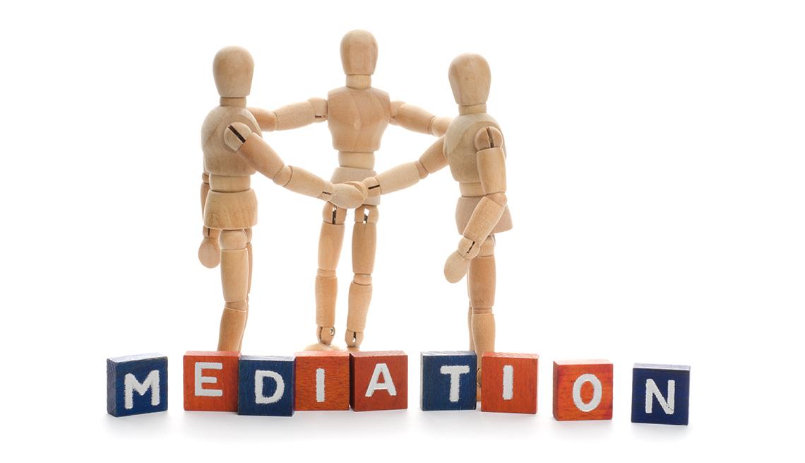 Cómo elegir a un mediador para adultos mayores - Tres figuras de madera se dan la mano