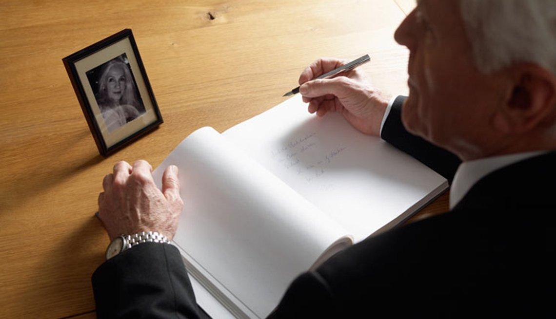 Hombre en su escritorio - Cómo escribir un homenaje póstumo
