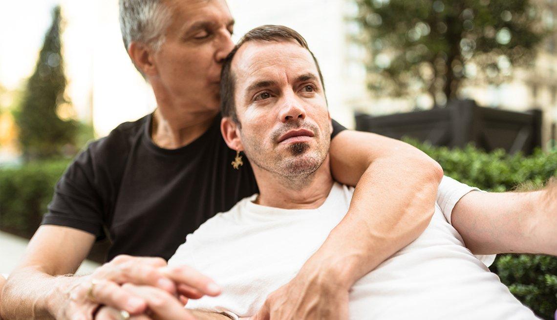 Cuidados para la comunidad LGBT - Pareja de dos hombres abrazados