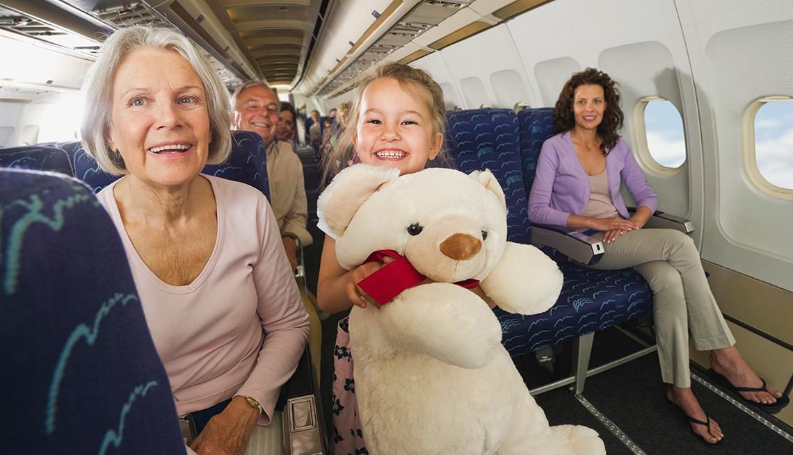 Consejos para viajar con un adulto mayor - Abuela con su nieta sentadas en un avión