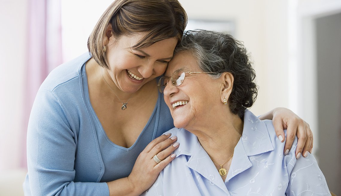 Guía de cuidado para la familia - Dos mujeres hispanas, madre e hija, sonríen