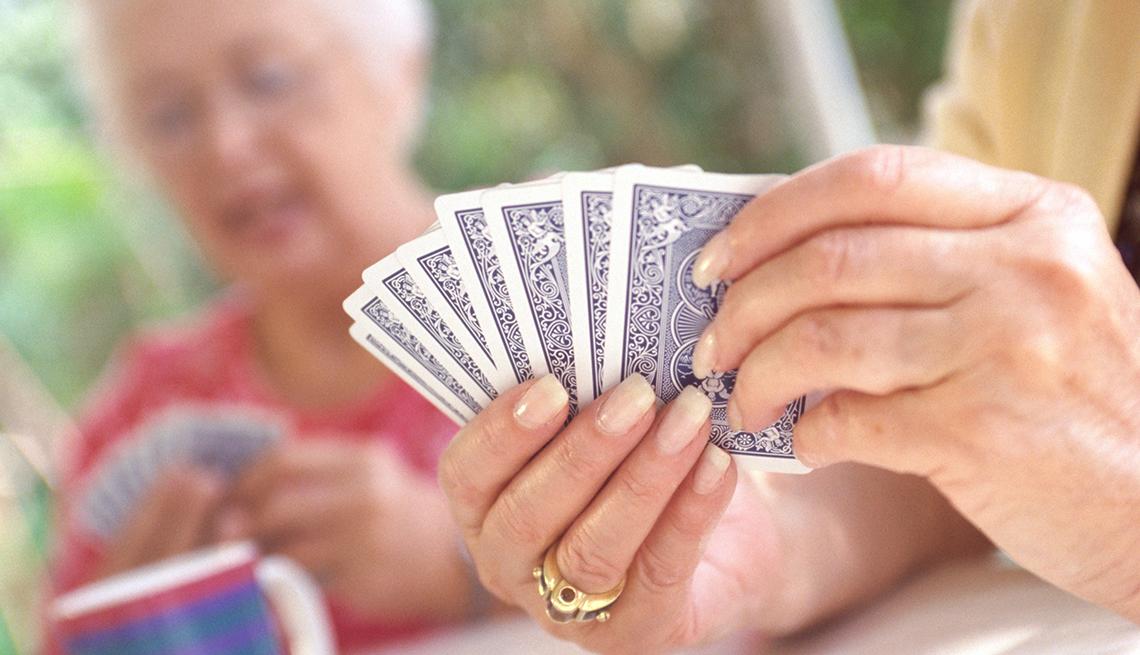 Mujeres mayores jugando cartas