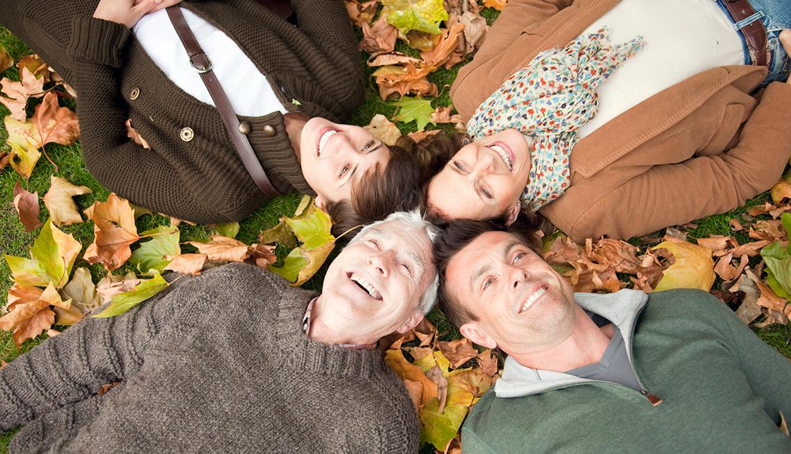 Familia acostada encima de hojas otoñales