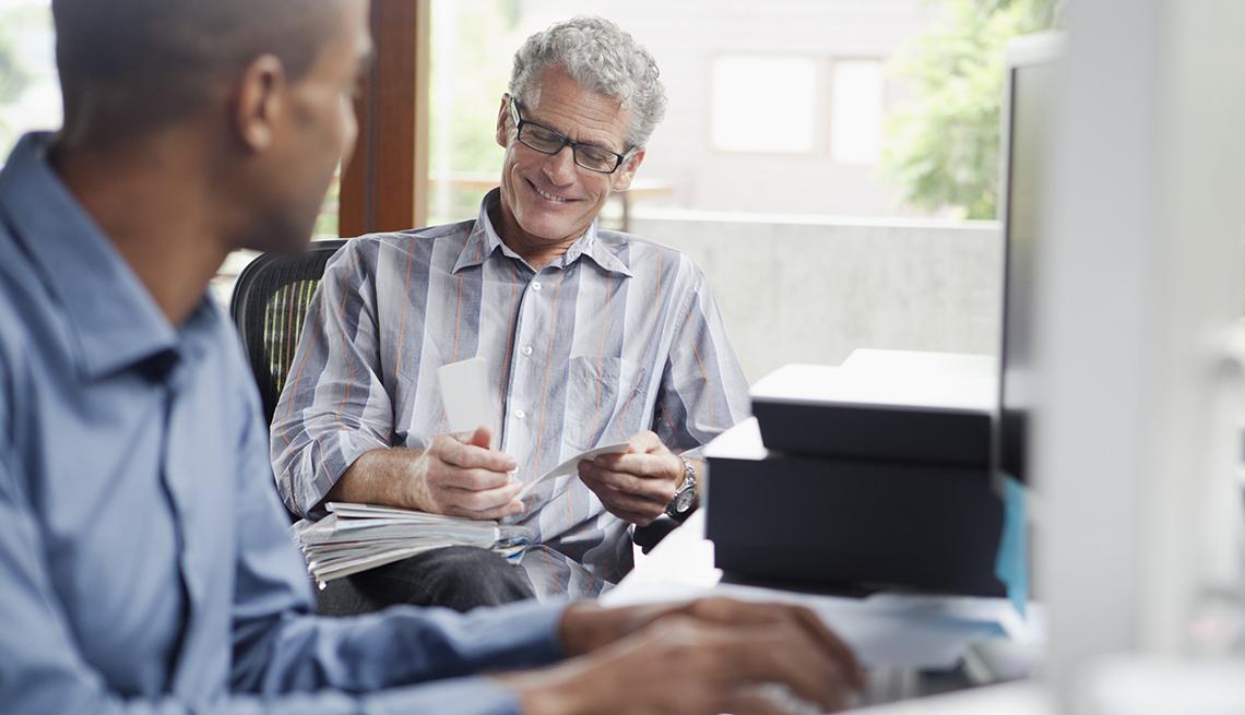Dos hombres trabajando en una oficina