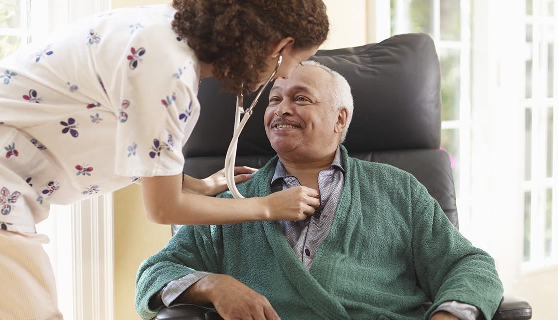 Hombre recibiendo atención médica en un hogar