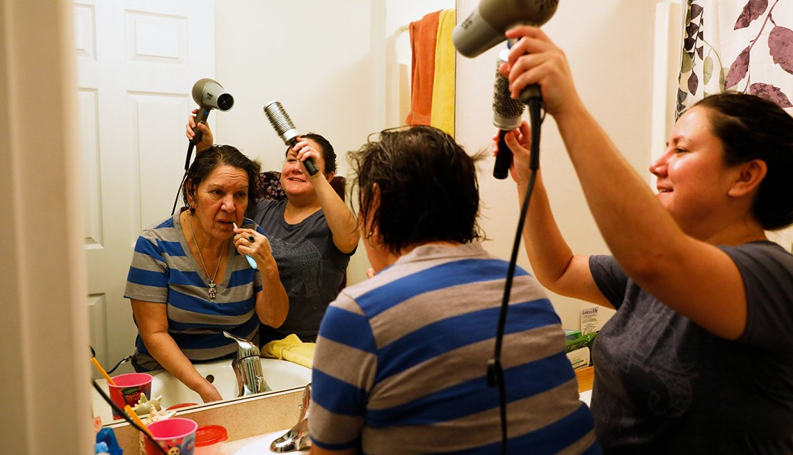 Olivia García le seca el cabello a su mamá