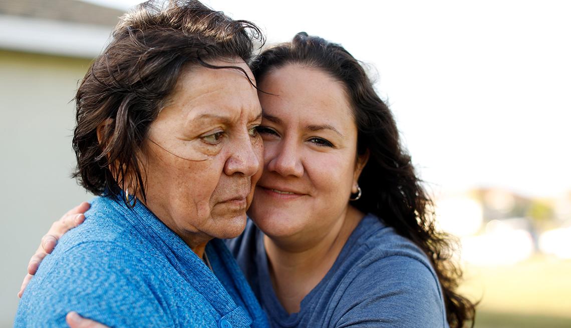 Olivia García cuida de su madre con Alzheimer