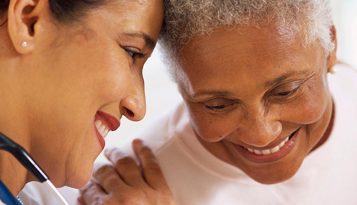Enfermera habla con una mujer mayor