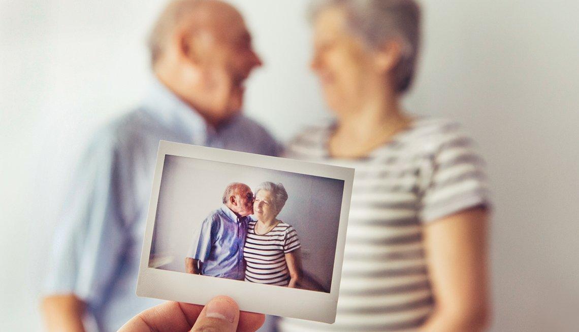 Imagen de una pareja mayor riéndose.