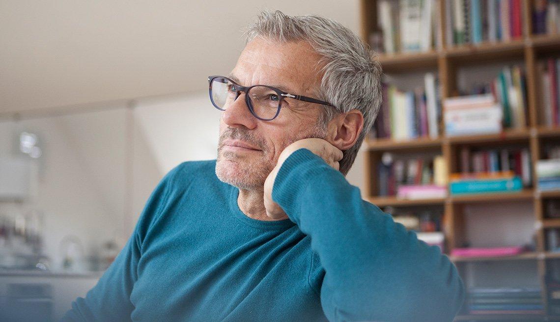 Hombre mayor con gafas mirando pensativo