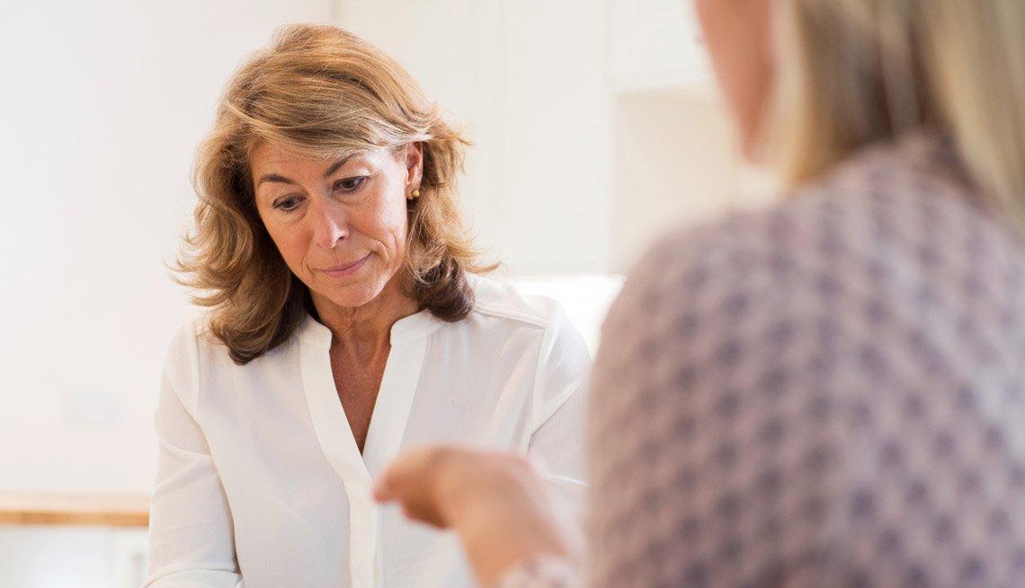 Mujer madura discute problemas con un pariente.